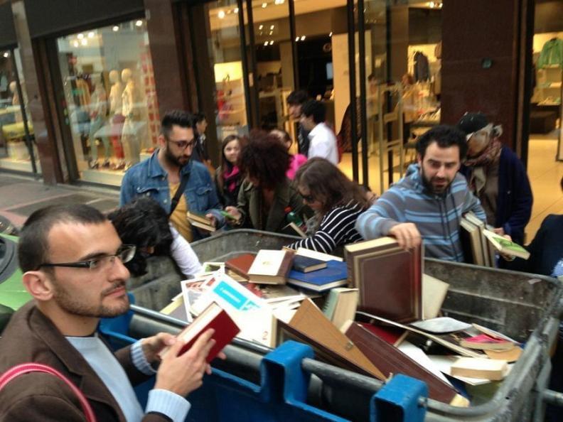 Libri abbandonati in un cassonetto: succede a Bari thumbnail