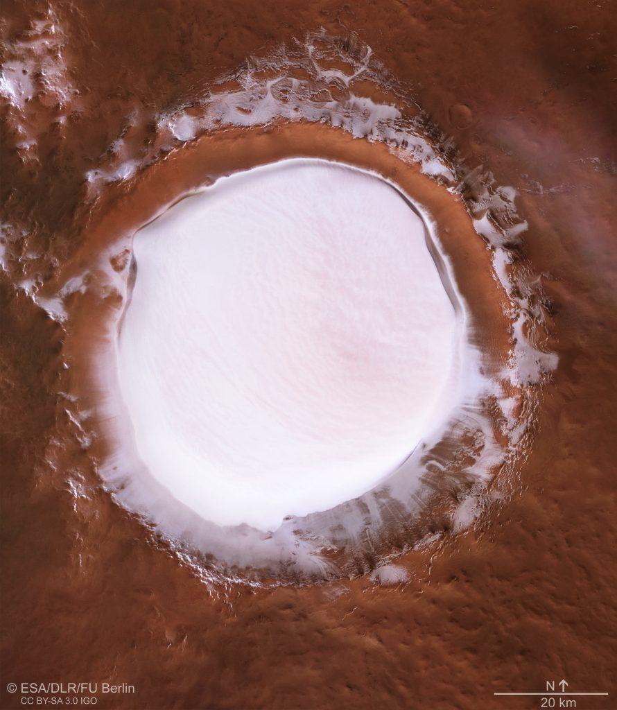 Foto del cratere Korolev da Mars Express. Credit: ESA/DLR/FU Berlin,CC BY-SA 3.0 IGO