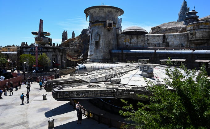 R2-D2 ha iniziato a comparire in Star Wars: Galaxy's Edge thumbnail