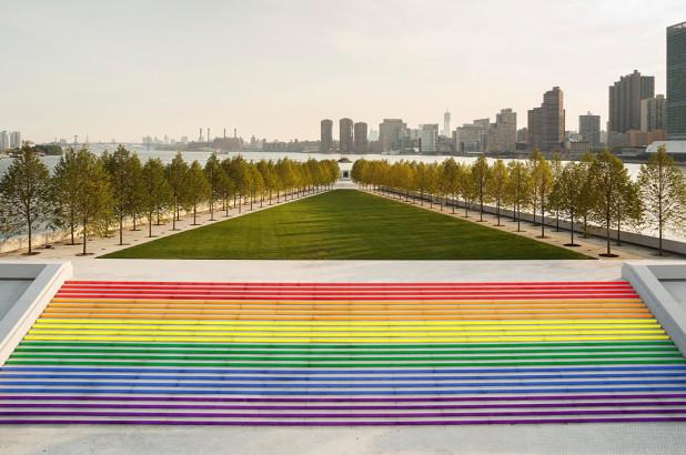 """La più grande """"bandiera"""" arcobaleno mai realizzata per il Pride thumbnail"""