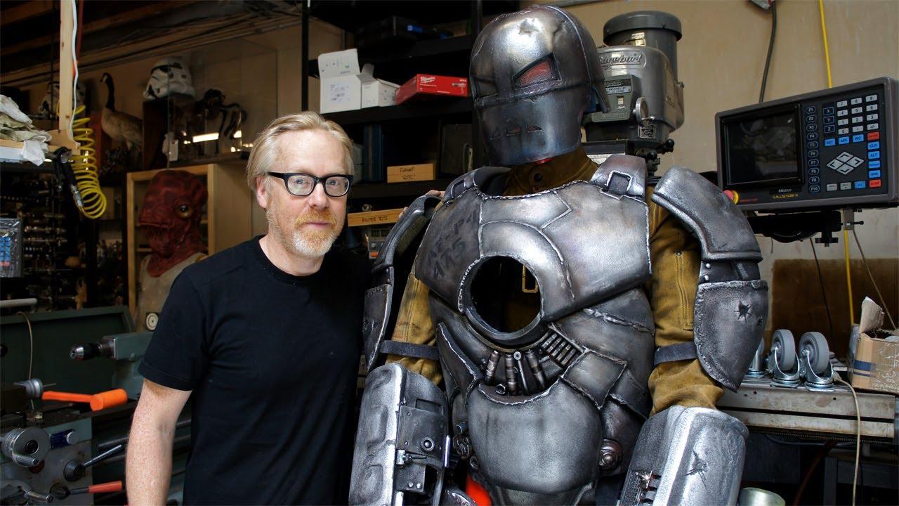 Adam Savage dei Mythbusters ha creato un'armatura funzionante di Ironman thumbnail