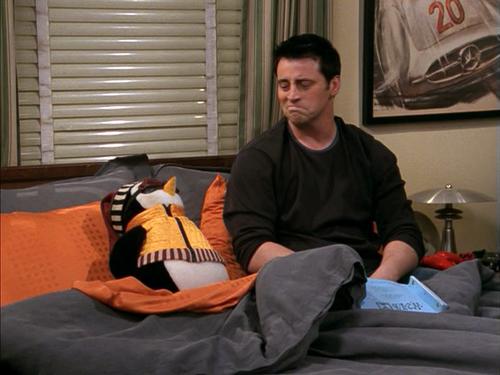Friends: all'asta il pinguino Hugsy e altri oggetti di scena thumbnail