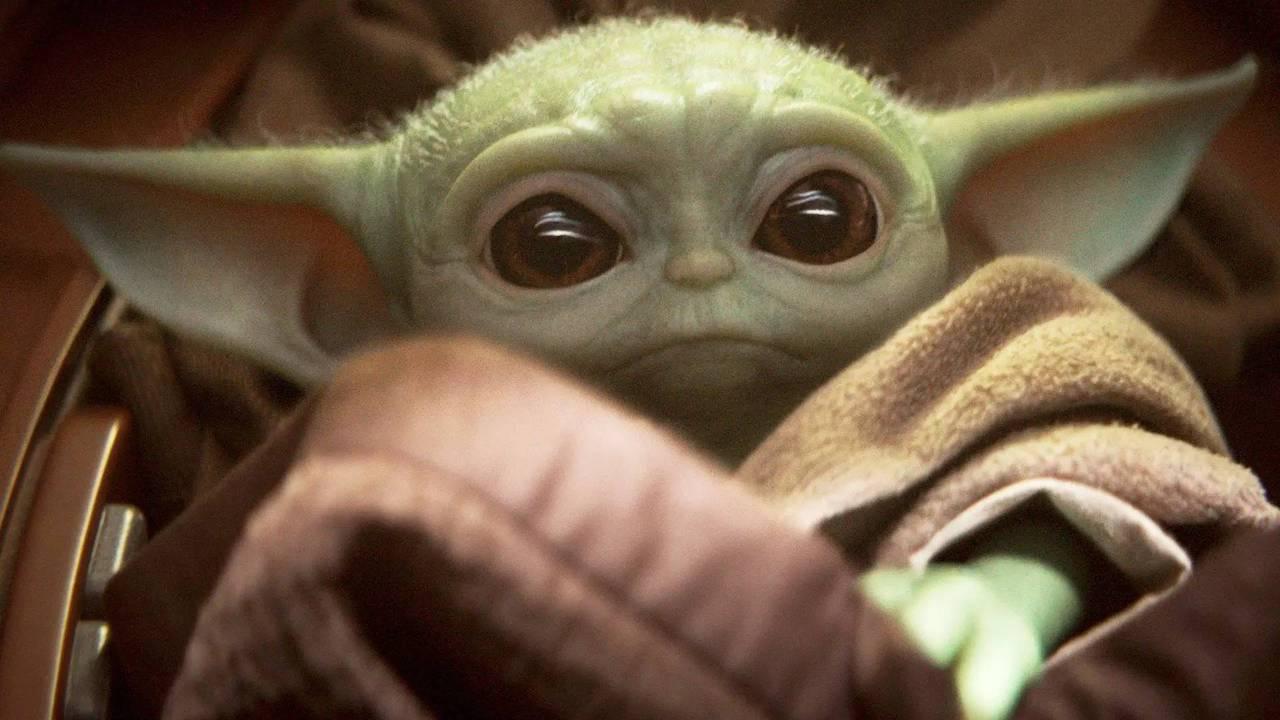 George Lucas coccola Baby Yoda in una foto di backstage thumbnail