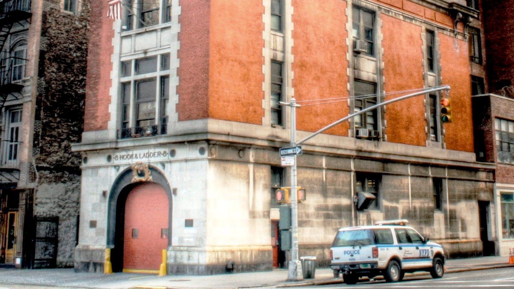 Ghostbusters: Ivan Reitman davanti alla sede nella nuova foto thumbnail