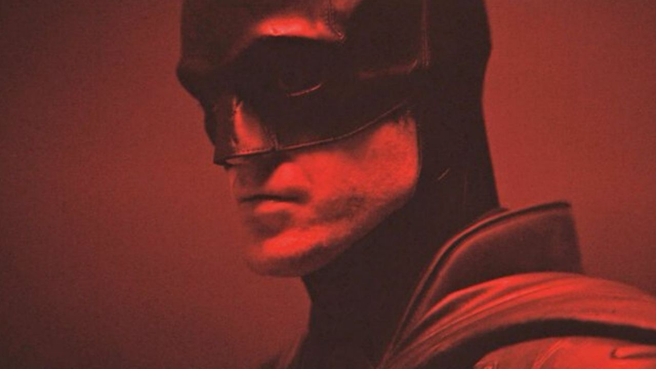 The Batman, le prime immagini del costume indossato da Pattinson thumbnail