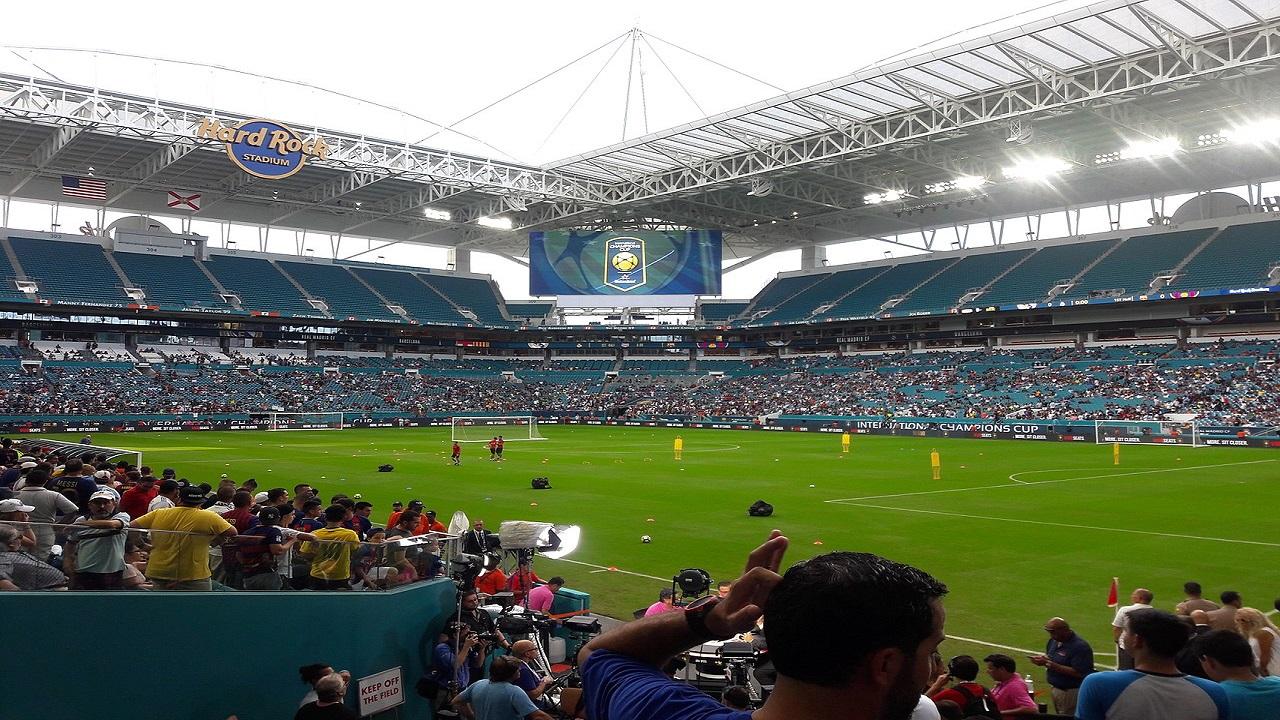 Lo stadio di football diventa un drive-in thumbnail