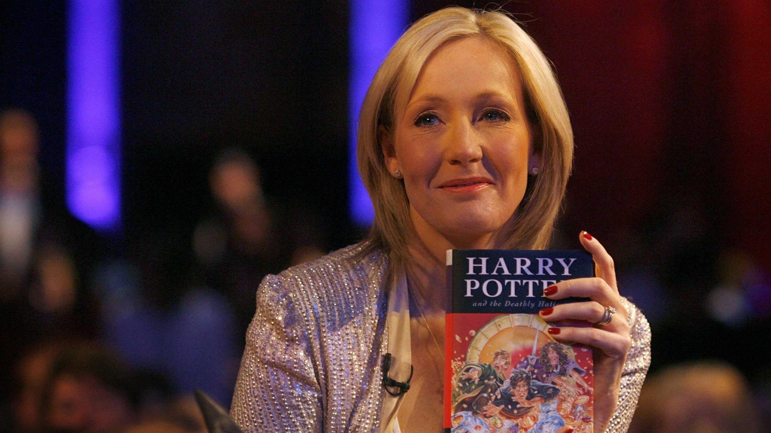 J.K. Rowling dona un milione di sterline per la lotta al Coronavirus thumbnail