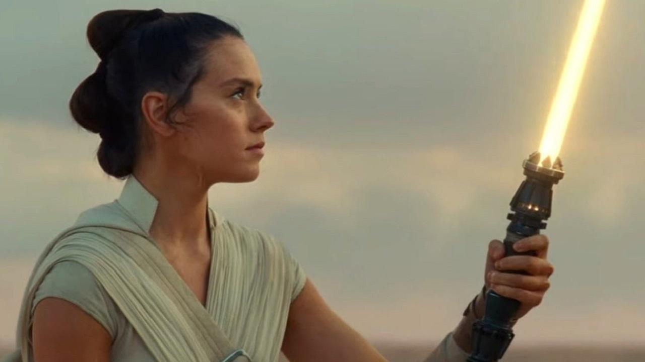 Star Wars: un video mostra l'interno della spada di Rey thumbnail