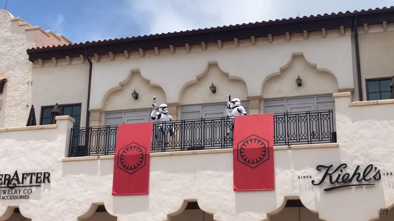 Distanze di sicurezza a Disneyland? Ci pensano gli Stormtrooper thumbnail