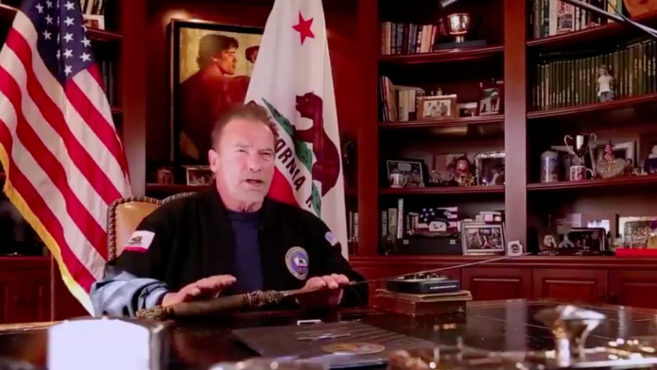 Schwarzenegger attacca trump spada di conan-min
