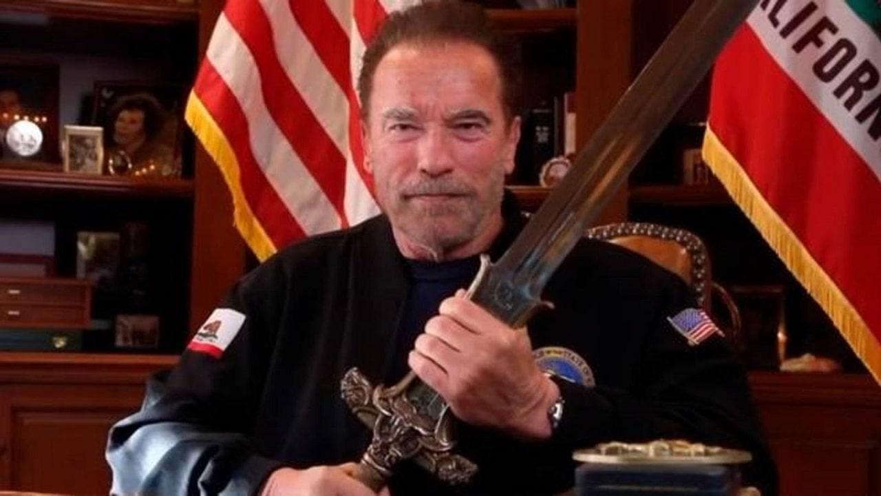 Schwarzenegger sfodera la spada di Conan per la democrazia americana thumbnail