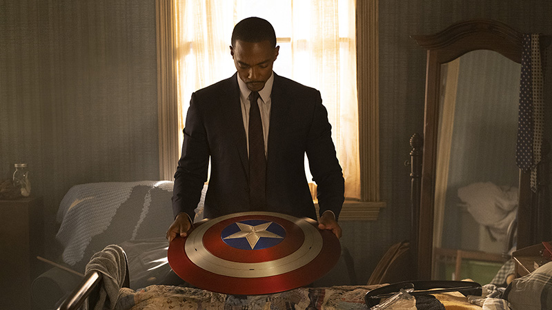 anthony mackie come sam wilson in the falcon and the winter soldier scudo di capitan america