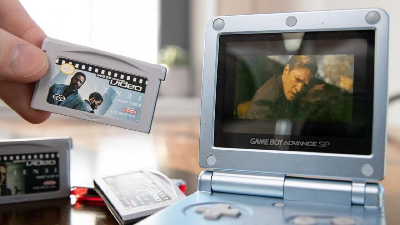Un fan ha messo Tenet sul Game Boy Advance per fare un dispetto a Nolan thumbnail