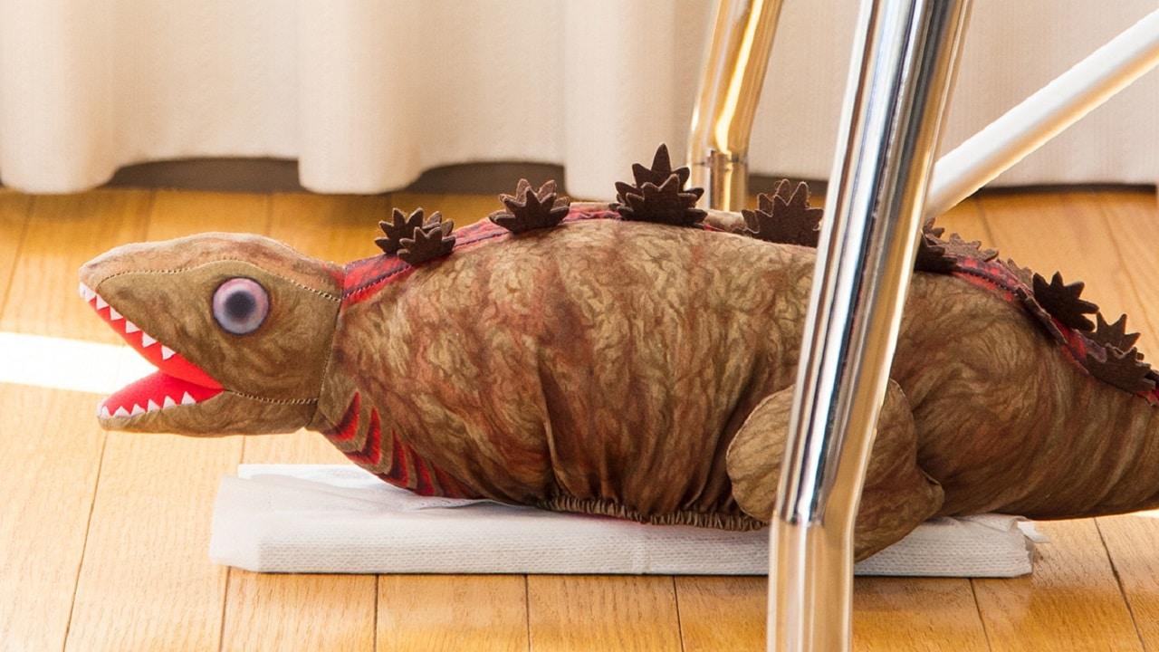 Un peluche di Godzilla è ciò di cui avete bisogno per dare un tocco in più alle pulizie di casa thumbnail