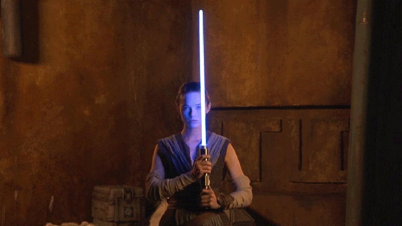 Disney rivela la spada laser 'vera' che vedremo nei parchi thumbnail