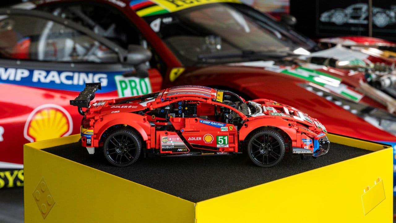 La  Ferrari 488 GTE LEGO Technic sfreccia a tutta velocità sul Circuito di Modena thumbnail